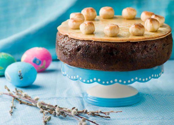 На фото Пасхальный торт Симнель (Англия)