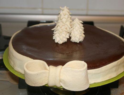 На фото Торт «Черно-белый лес» в хлебопечке