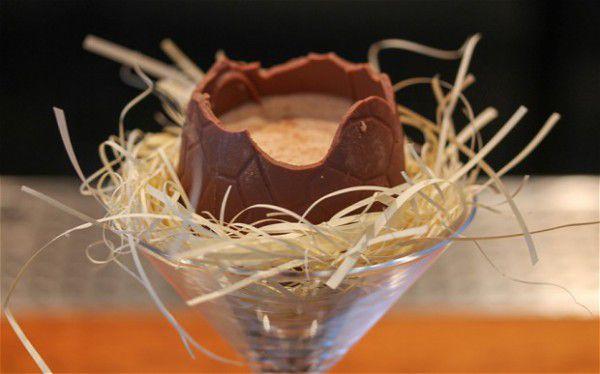 На фото Пасхальный коктейль в шоколадном яйце