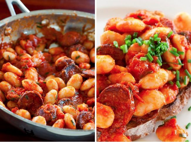 На фото Фасоль с помидорами и колбасой чоризо