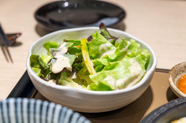 На фото Импровизированный греческий салат
