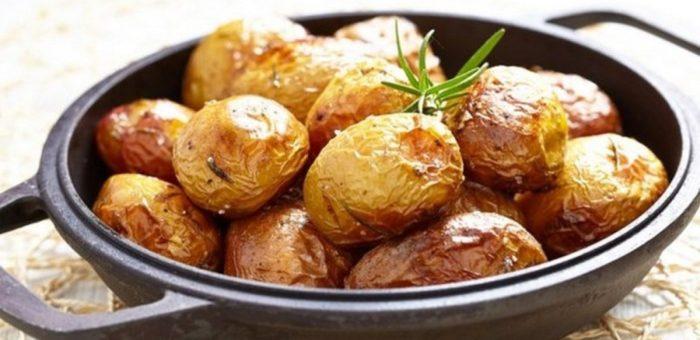 На фото Пряная картошка в духовке