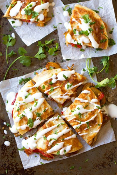 На фото Кесадилья с грибами и сыром
