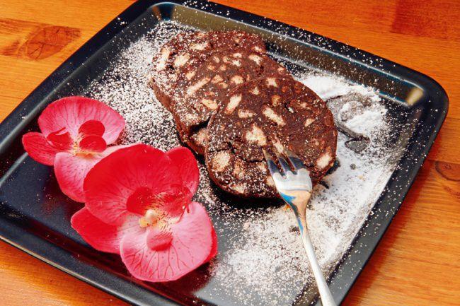 На фото Шоколадная колбаса / Salame di cioccolato