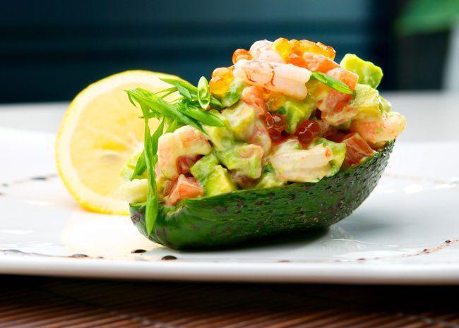 На фото Лодочки из авокадо с креветками