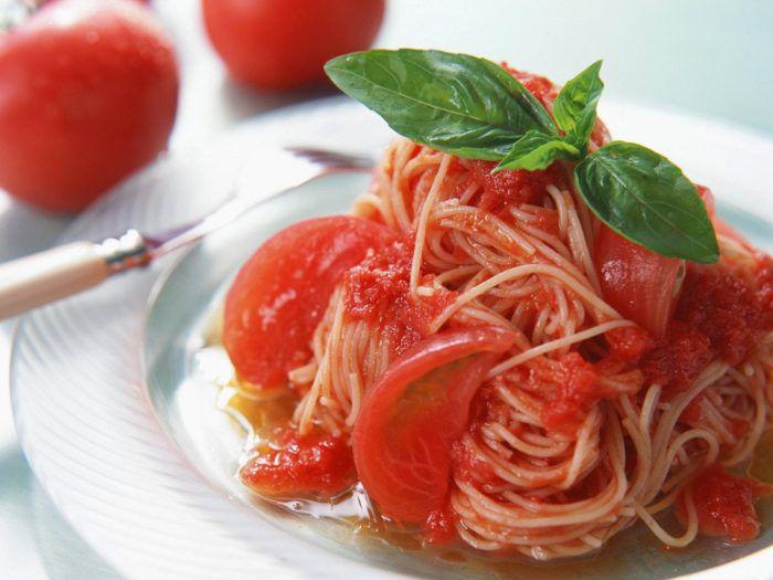 На фото Паста с помидорами и базиликом