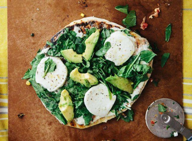 На фото Пицца с моцареллой и авокадо (постная)