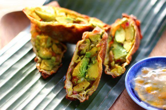 На фото Яичный ролл с авокадо и зеленью