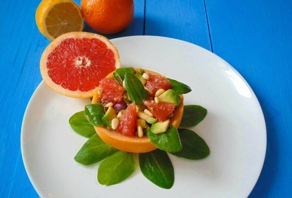 На фото Салат с грейпфрутом и авокадо