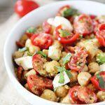 Рецепт Салат с помидорами, моцареллой, нутом и соусом песто