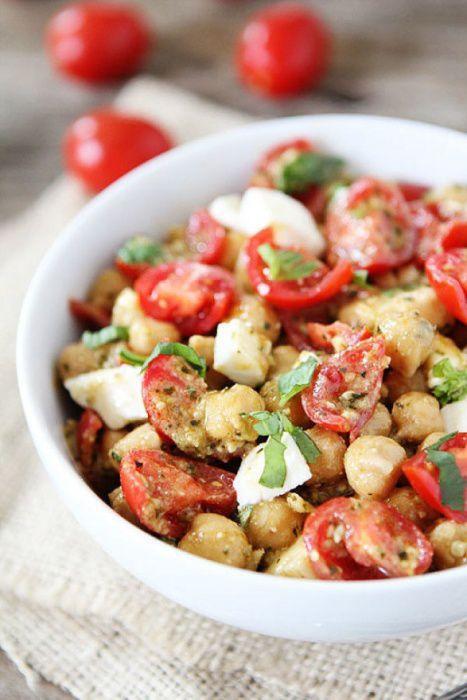 На фото Салат с помидорами, моцареллой, нутом и соусом песто