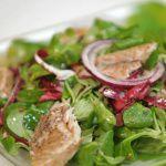 Рецепт Салат из зелени с копченой скумбрией