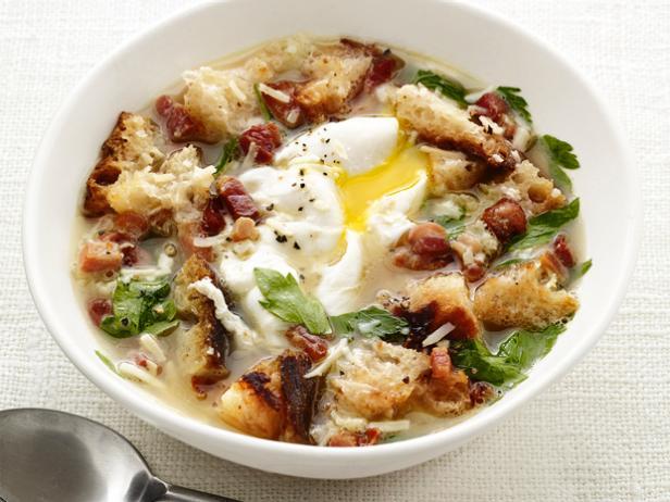 На фото Куриный бульон с яйцом и беконом