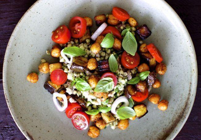 На фото Теплый салат с гречкой и нутом