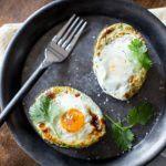 Рецепт Запеченное в авокадо яйцо