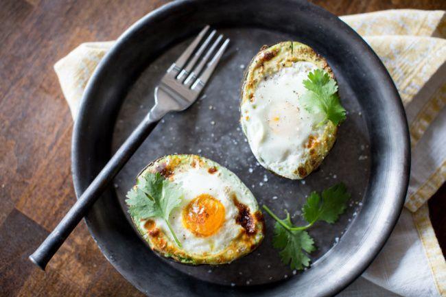 На фото Запеченное в авокадо яйцо