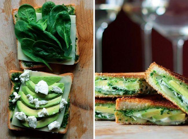 На фото Жареный сэндвич с авокадо, шпинатом и сыром