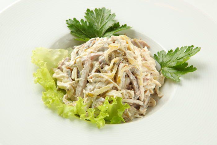 Салат с говядиной, маринованными огурцами.сыром, грибами рецепт с фото