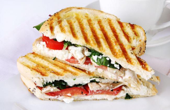 На фото Вкусные бутерброды с козьим сыром и шпинатом