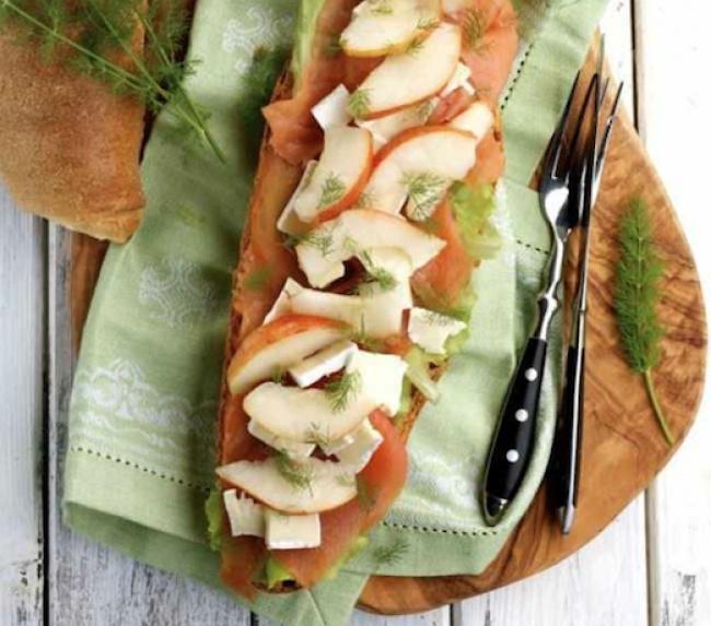На фото Вкусные бутерброды с лососем и грушей