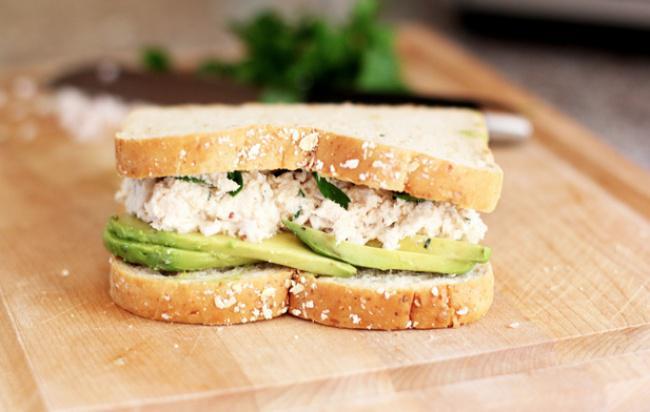 На фото Праздничные бутерброды с тунцом и авокадо
