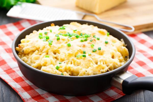 На фото Быстрый рецепт макарон с сыром