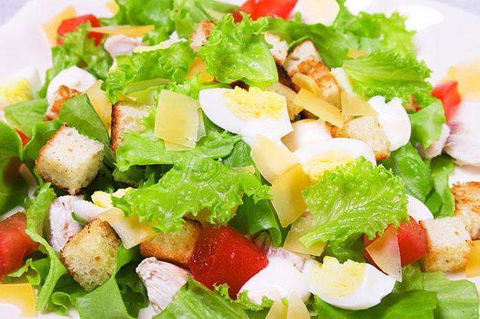 На фото Быстрый салат с курицей «Цезарь»