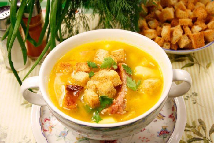 На фото Гороховый суп с копченой курицей в мультиварке