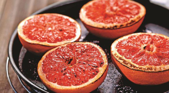 На фото Запеченный грейпфрут