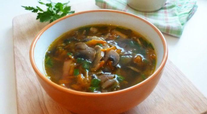 На фото Грибной суп с беконом