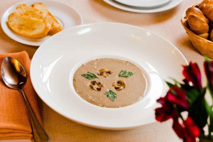 На фото Грибной суп-пюре в мультиварке