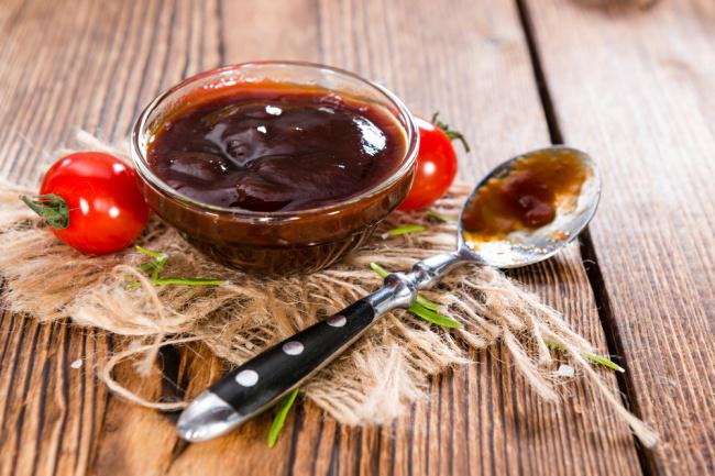 На фото Домашний соус для гурманов из бальзамического уксуса
