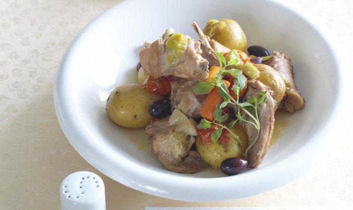 На фото Жаркое из кролика с овощами и оливками