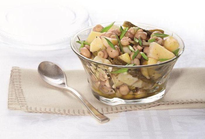 На фото Картофельный салат с маринованными шампиньонами