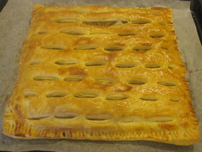 На фото Пирог «Картошка в слоеном тесте»