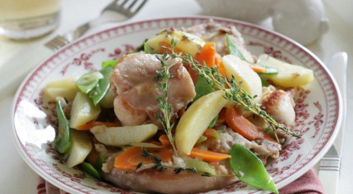 На фото Кролик, запеченный с овощами