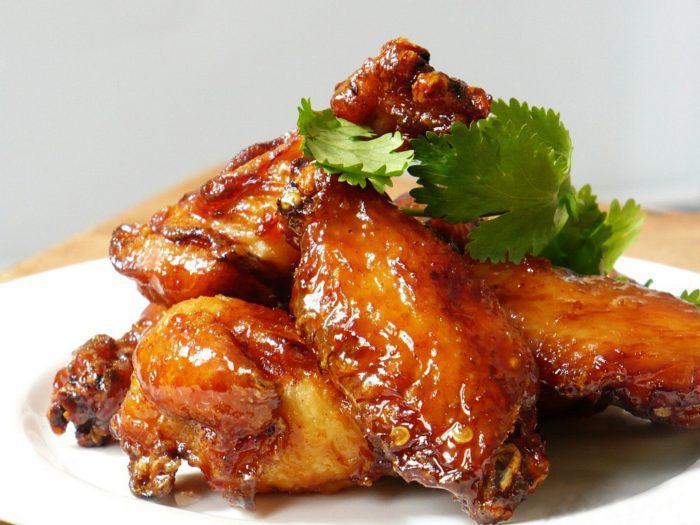 На фото Куриные крылышки с медом и соевым соусом