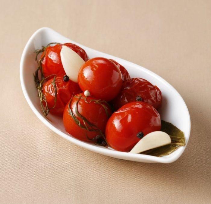 На фото Консервированные помидоры легко