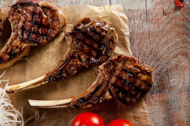 На фото Мясо на косточке на гриле