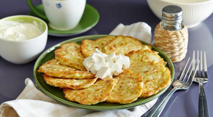 На фото Оладьи из кабачков с сыром фета