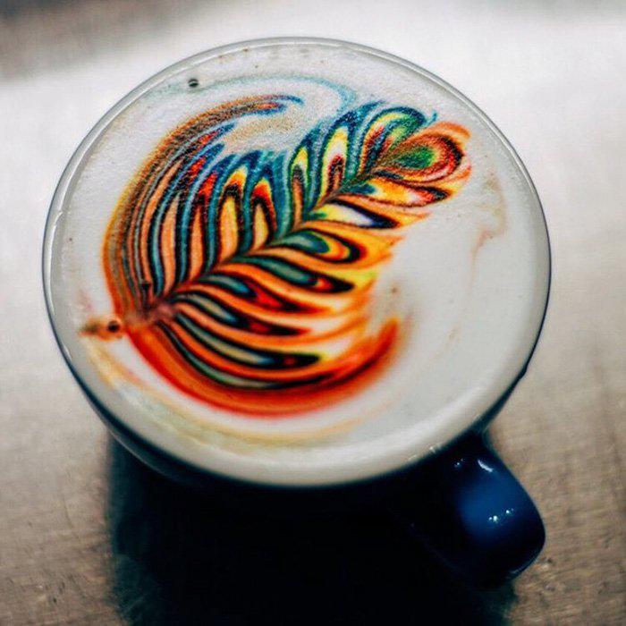 На фото Бариста создает разноцветные рисунки на кофе