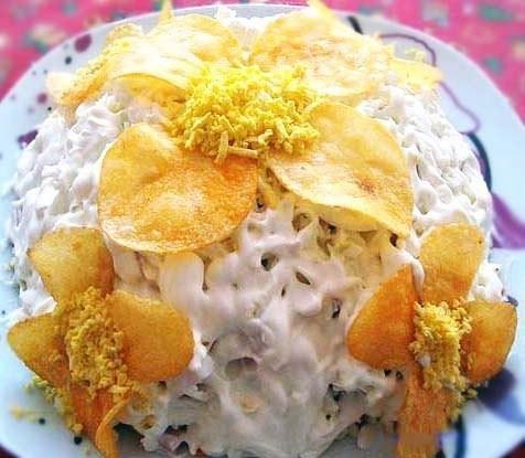 На фото Слоеный грибной салат с ветчиной и чипсами