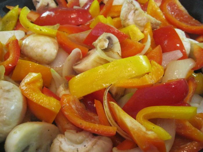 На фото Салат из грибов с красным сладким перцем