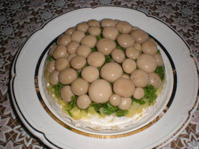 На фото Cалат из овощей с солеными грибами