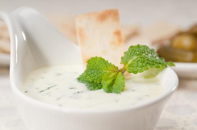 На фото Сметанно-мятный соус (к мясу и колбаскам)