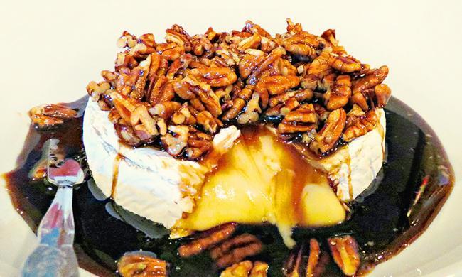 На фото Запеченный сыр брис орехами и медом
