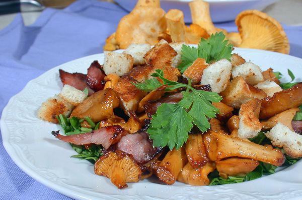 На фото Теплый салат с лисичками