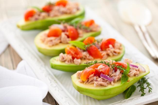 На фото Тунец в авокадо