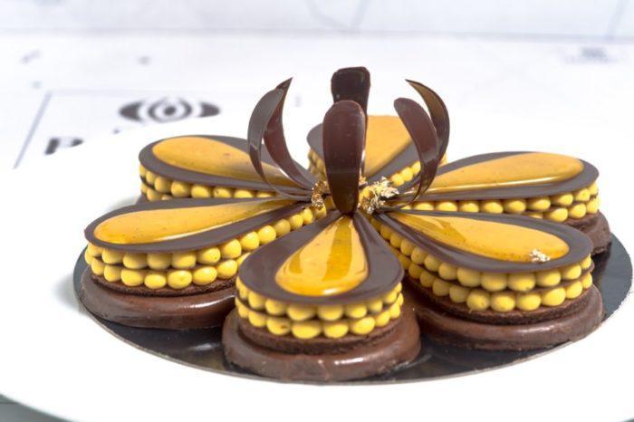 На фото Зеркальная глазурь для торта или пирожных