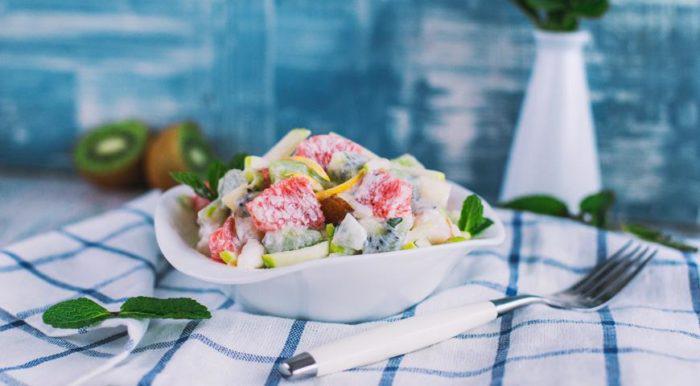 На фото Зимний фруктовый салат с йогуртом